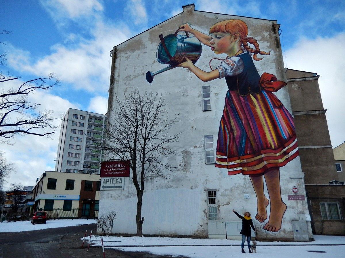 dziewczynka z konewką mural