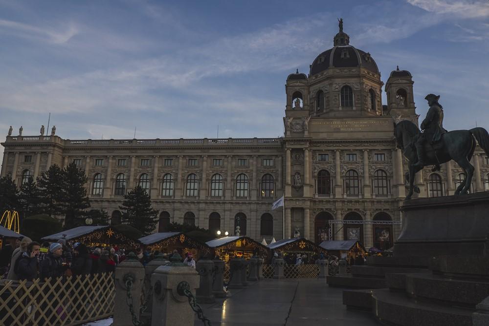 WeihnachtsdorfMaria Theresien Platz