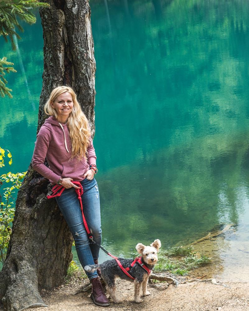 kolorowe jeziorka z psem